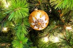 唯一橙色圆的圣诞节树装饰特写镜头  库存照片