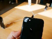 唯一照相机新的iPhone 8和iPhone 8个加号在苹果计算机商店 免版税图库摄影