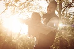 唯一父亲和他小的女儿镀层在森林里 免版税图库摄影
