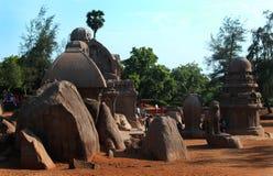 唯一石头在马马拉普拉姆雕刻了有岩石的大厅五rathas 免版税图库摄影