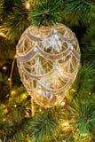 唯一秀丽橙色卵形圣诞节树装饰特写镜头  免版税库存图片