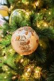 唯一秀丽橙色圆的圣诞节树装饰特写镜头  库存照片