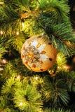 唯一秀丽橙色圈子圣诞节树装饰特写镜头  免版税库存图片
