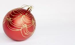 唯一红色圣诞节球有白色背景 库存照片