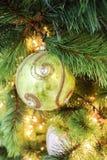 唯一绿色圆的圣诞节树装饰特写镜头  图库摄影