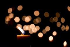 唯一背景黑色的烛光焰 免版税图库摄影