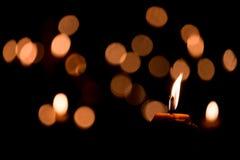 唯一背景黑色的烛光焰 免版税库存图片