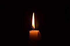 唯一背景黑色的烛光焰 库存图片