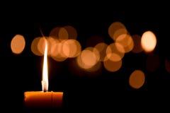 唯一背景黑色的烛光焰 库存照片