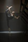 唯一芭蕾舞女演员在教室 库存图片