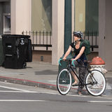 唯一速度自行车的年轻逗人喜爱的妇女 免版税库存图片