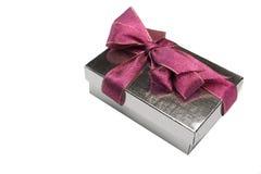 唯一银色Giftbox栓与在白色隔绝的紫色弓 免版税库存照片