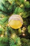 唯一黄色圆的圣诞节树装饰特写镜头  库存图片