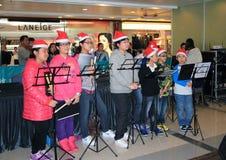 唱事件的圣诞节孩子在Telford广场 免版税库存照片
