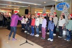 唱事件的圣诞节孩子在Telford广场 库存照片