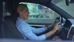唱响的夫人驾驶汽车和,享有成功的幸福生活,正面 股票视频