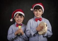 唱圣诞节颂歌的孩子 免版税库存图片