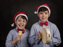 唱圣诞节颂歌的孩子 图库摄影