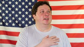 唱在美国旗子的背景的人全国美国专题歌 影视素材