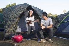 唱歌与在野营的家庭的孩子 库存图片