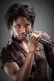 唱歌与话筒的美丽的非洲妇女 免版税库存照片