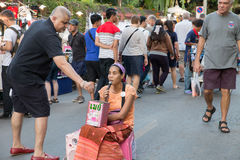 唱歌为金钱慈善的人们在星期天走的街道 库存照片