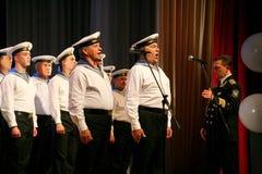 唱歌俄国士兵、歌曲的唱诗班和独奏者和列宁格勒军区的舞蹈合奏 图库摄影