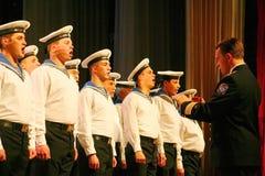 唱歌俄国士兵、歌曲的唱诗班和独奏者和列宁格勒军区的舞蹈合奏 库存照片