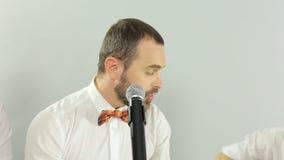 唱歌入在的一个话筒的纵火歌手 股票视频