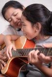 唱歌和微笑与母亲的孩子 免版税库存图片