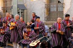 唱歌和戏剧吉他和其他仪器的一个小组传统街道艺术家 库存照片