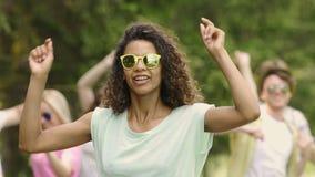 唱歌和跳舞在露天音乐节,音乐会,名望的流行音乐明星 影视素材