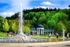 唱歌喷泉和柱廊- Marianske Lazne -捷克 免版税库存图片