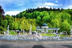 唱歌喷泉和柱廊- Marianske Lazne -捷克 图库摄影