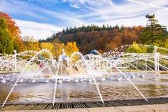 唱歌喷泉秋天照片在小西部漂泊温泉镇Marianske Lazne Marienbad -捷克 库存照片