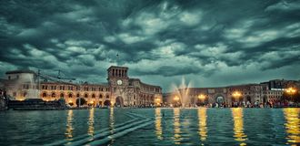 唱歌喷泉耶烈万吸引力, erevan,喷泉,照明,地标,光,夜,人们,表现 免版税库存照片