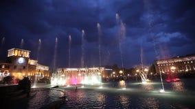 唱歌喷泉耶烈万吸引力, erevan,喷泉,照明,地标,光,夜,人们,表现 股票视频