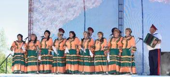 唱歌在三位一体的小组老人 库存图片