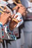 唱歌在传统木长笛的人们 库存图片