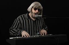 唱歌在充分的喉头的有胡子的钢琴演奏家 图库摄影