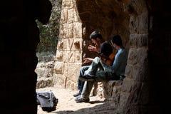 唱歌在公园Guell的二个人 免版税库存照片