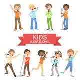 唱歌在卡拉OK演唱的年轻男孩 库存图片
