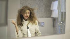 唱歌在卫生间里的妇女 股票视频