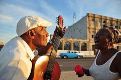 唱歌在哈瓦那街道的古巴人  库存图片
