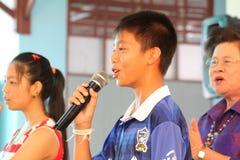唱歌在学校活动的孩子 库存照片