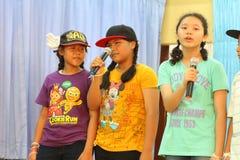 唱歌在学校活动的孩子 库存图片