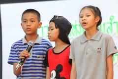 唱歌在学校活动的孩子 图库摄影