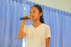 唱歌在学校活动的孩子 免版税库存照片