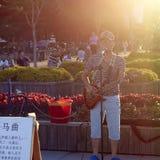 唱歌在日落的年轻歌手 免版税库存图片