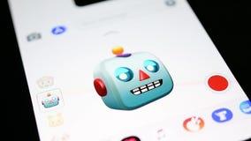 唱歌在苹果计算机iPhone x的机器人3d animoji 影视素材